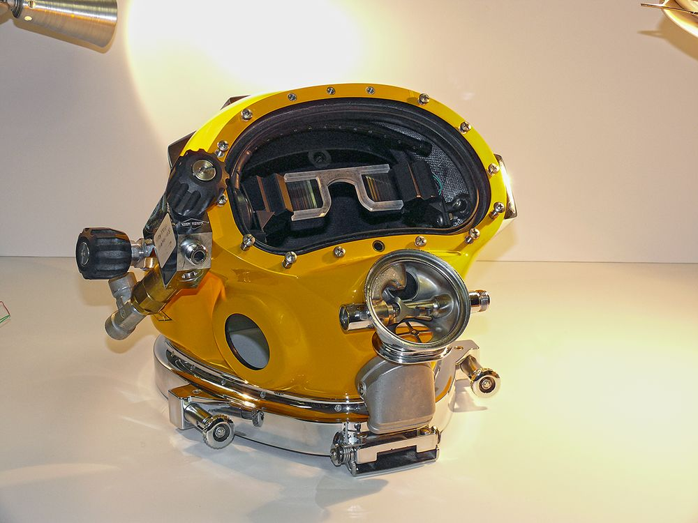 Navy Creates Dive Helmet with Virtual Reality Display and POV Similar to  Video Games