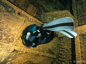 scuba diver in wreck fin kicks techniques
