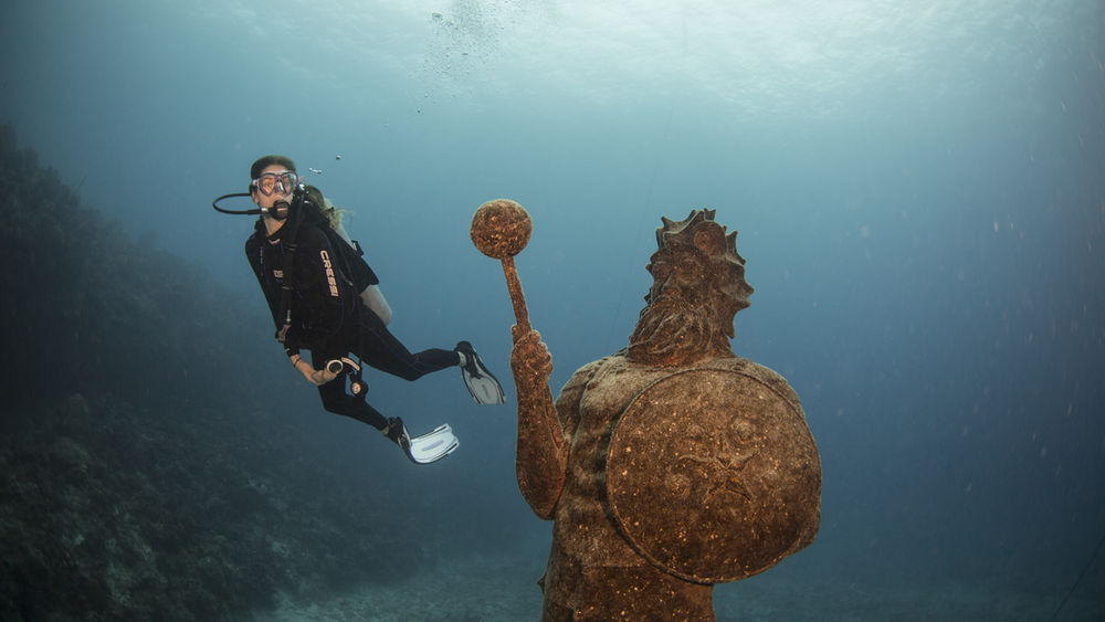 diver in Grand Cayman Underwater photography tips